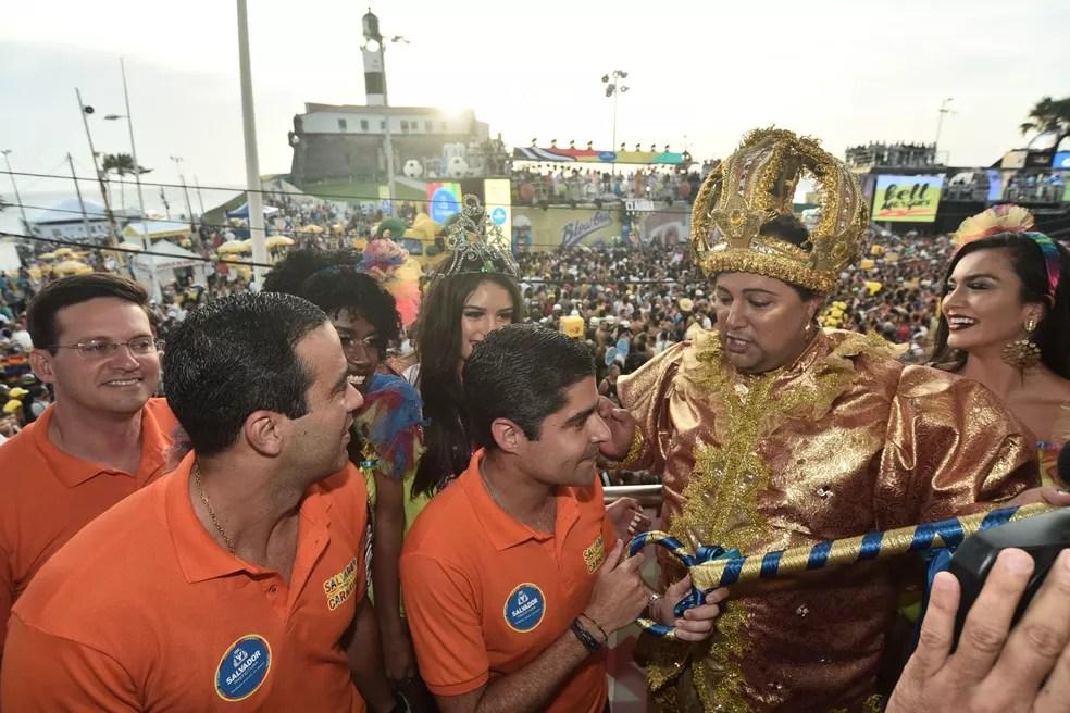 Prefeito ACM Neto entrega a chave da cidade ao Rei Momo do carnaval de Salvador, André Luís (Foto: Max Haack/Ag Haack)