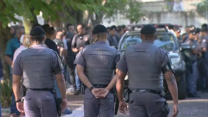 Policiais militares participam do velório do cabo da Rota morto em São Paulo — Foto: TV Globo/Reprodução
