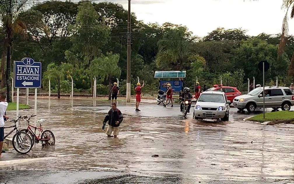 Homem atravessa cruzamento com água pelo joelho na Avenida Miguel Sábio de Mello, em Franca, SP — Foto: Leonardo Vieira/Arquivo pessoal
