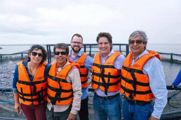 O secretário nacional de Pesca e Aquicultura, Jorge Seif Júnior, e o presidente executivo da Associação Brasileira da Piscicultura (Peixe BR), Francisco Medeiros, visitaram unidade de produção de peixes com tanques-rede — Foto: Peixe BR/Divulgação