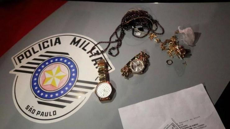PM encontrou joias com o casal (Foto: Divulgação/Polícia Militar)