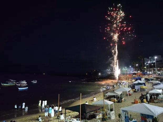 Fogos de artifício anunciam o início das homenagens a Iemanjá, ainda durante a madrugada. (Foto: Max Haack/Ag. Haack)