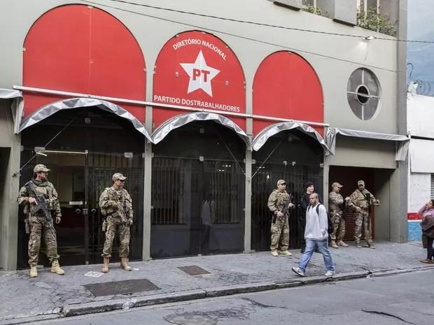 Agentes da Polícia Federal realizam buscas na sede do PT Nacional em São Paulo. A ação faz parte da Operação Custo Brasil, que integra a Lava Jato, investigando o pagamento de propina entre os anos de 2010 e 2015 a pessoas ligadas ao MPOG (Foto: Suamy Beydoun/Futura Press/Estadão Conteúdo)