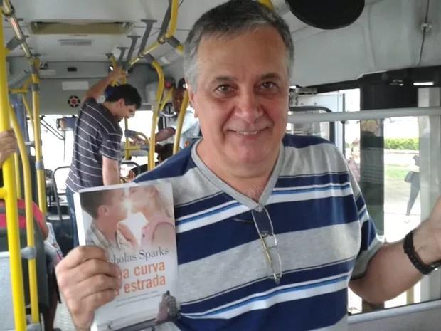 Élson deixa livros em ônibus de Vitória, no Espírito Santo (Foto: Geovana Chrystêllo/ G1 ES)