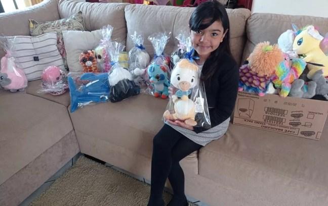 Maria Clara pegou mais de 50 ursos em máquina de supermercado e doou para crianças carentes de Mairinque — Foto: Arquivo Pessoal