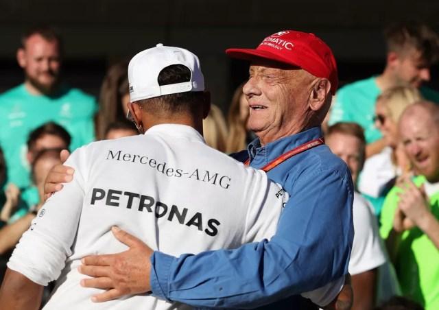 Niki Lauda abraçando Lewis Hamilton após mais uma vitória — Foto: Getty Images