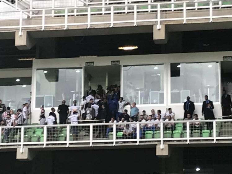 Cruzeiro reclamou da presença de torcedores do Galo ao lado do camarote reservado à diretoria celeste (Foto: Rodrigo Franco)