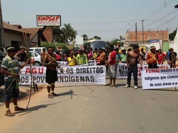 Índios protestam em Ji-Paraná contra portaria 303 (Foto: Valéria Reis/G1)