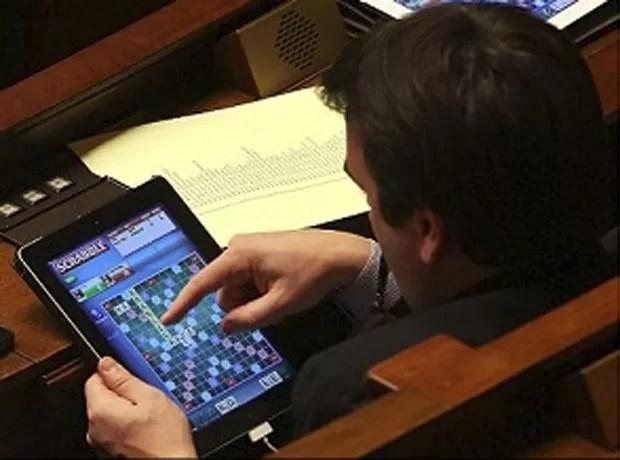 Parlamentares socialistas foram flagrados jogando game de palavras cruzadas durante debate sobre casamento gay (Foto: Reprodução)