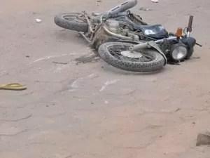 Motociclista foi arremessado por mais de 20 metros (Foto: Veja Notícias/Reprodução)