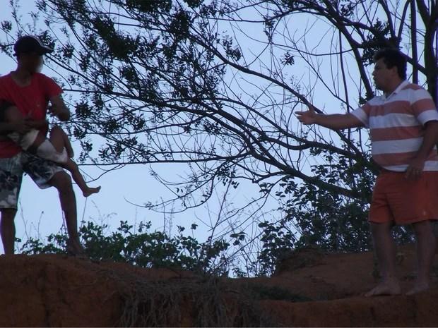Criança foi ameaçada por cerca de uma hora pelo pai em Itaperuna (Foto: Renato Freitas/Blog Adilson Ribeiro)