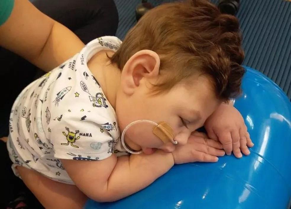 Segundo a mãe, por causa do período sem tratamento, Octavio está perdendo a mobilidade que tinha conseguido  — Foto: Arquivo pessoal