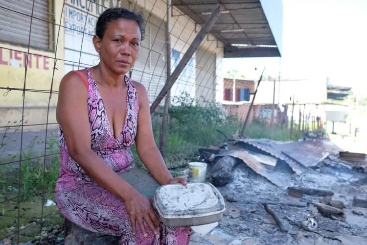 A venezuelana Mariver Guevara, de 42 anos, teve o barraco onde vivia incendiado por manifestantes (Foto: Inaê Brandão/G1 RR)