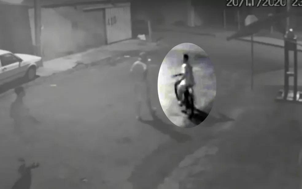 Fredson Claiton Izidio da Silva voltando para casa dois amigos minutos antes do crime, em Silvânia, Goiás — Foto: Reprodução TV Anhanguera