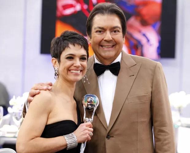Faustão posa com Sandra Annenberg, que venceu o prêmio de Jornalismo (Foto: Domingão do Faustão / TV Globo)