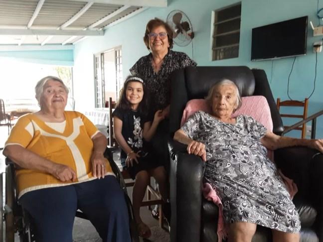Irmãs ao lado da família em Guia Lopes da Laguna (MS) — Foto: Maria Cecília/Arquivo Pessoal