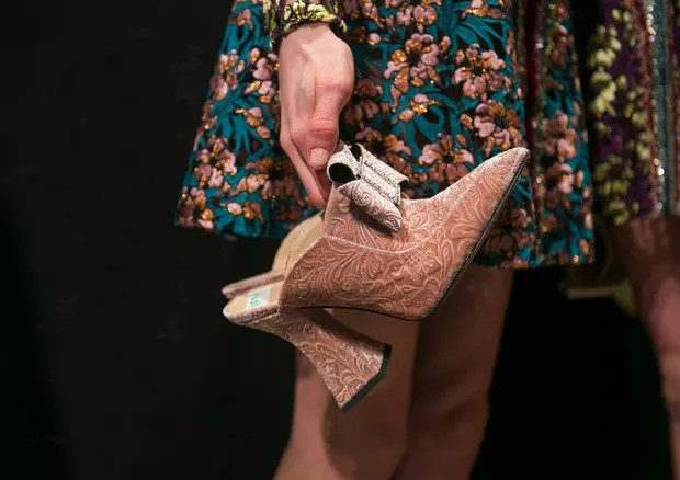 Os tamancos de veludo de Mary Katrantzou (Foto: ImaxTree)
