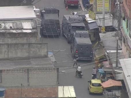 Caveirão dá apoio à ação dos agentes na Maré na manhã desta sexta (24) (Foto: Reprodução / TV Globo)