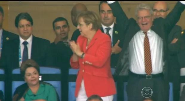 A chanceler alemã Angela Merkel e o presidente da Alemanha, Joachim Gauck, comemoram na tribuna de honra do Maracanã o gol que deu o título da Copa do Mundo ao país europeu (Foto: Reprodução /  TV Globo)
