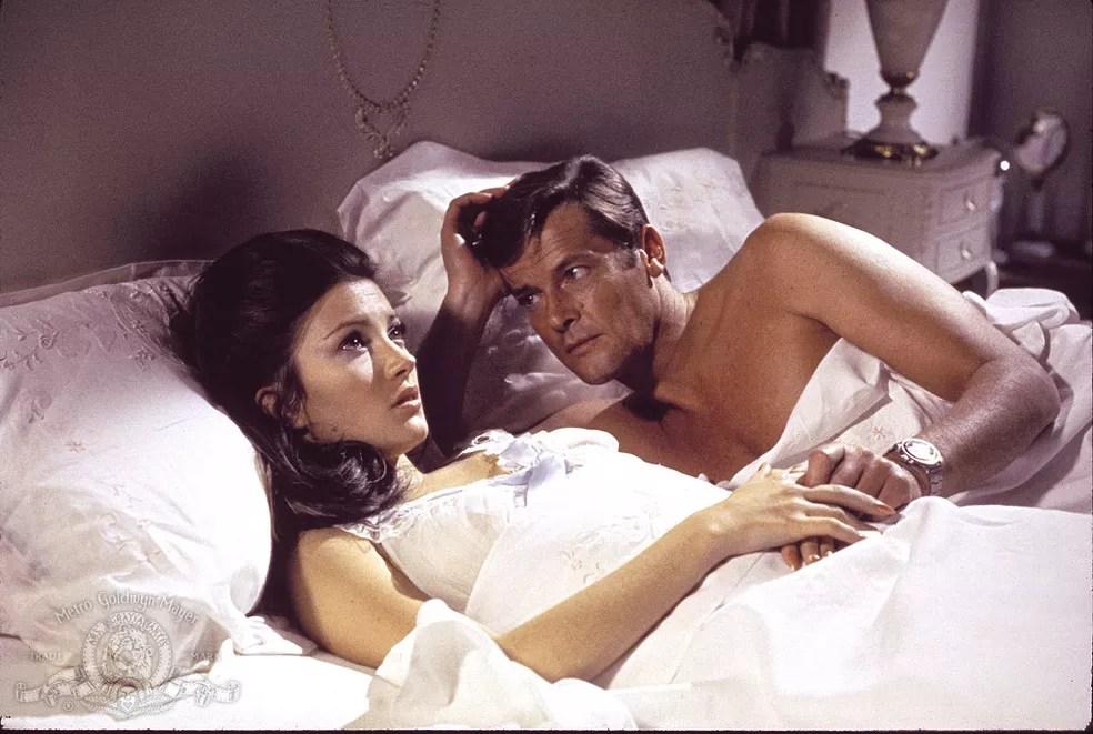 Roger Moore e Jane Seymour em 'Com 007 viva e deixe morrer' (1973) (Foto: Divulgação)