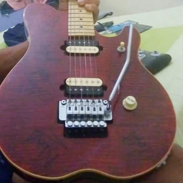 Guitarra foi autografada por todos os integrantes do grupo Roupa Nova para morador de Sorocaba (Foto: Arquivo Pessoal)