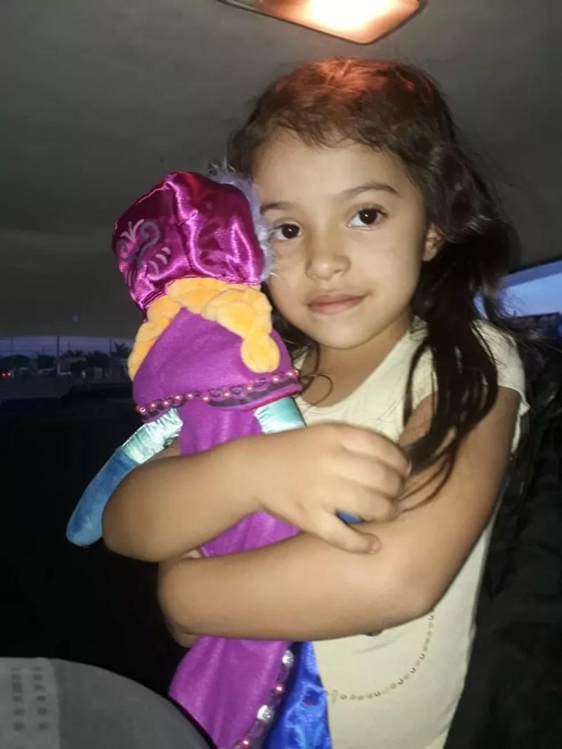Brenda teve parte do nariz arrancado após ser atingida por 3 tiros de fuzil na fronteira do Paraguai com Brasil. A foto é de antes da menina ser baleada. — Foto: Alcides Gonzales/Arquivo pessoal
