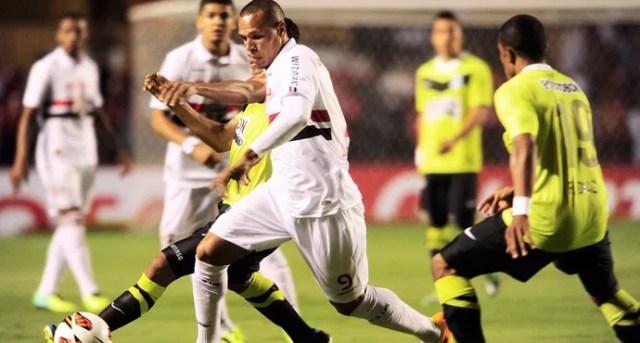 Luis Fabiano São Paulo e NAcional de Medellin (Foto: Marcos Ribolli)