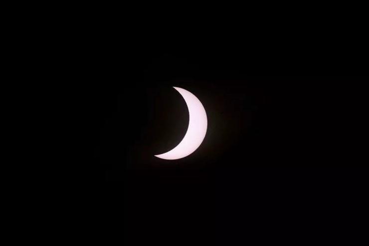 A Lua cobre parcialmente o Sol durante o eclipse solar total desta segunda-feira (14) visto de Piedra del Águila, no sudoeste da Argentina.  — Foto: Ronaldo Schemidt/AFP