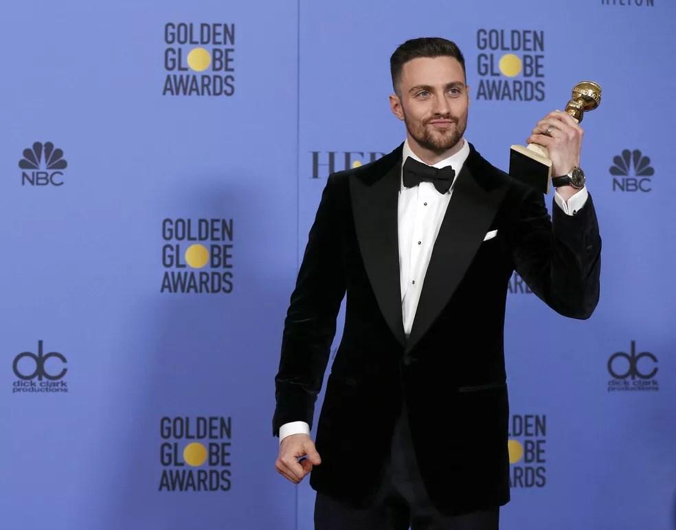 Aaron Taylor-Johnson mostra o troféu de melhor ator coadjuvante no Globo de Ouro 2017 (Foto: Mario Anzuoni/Reuters)