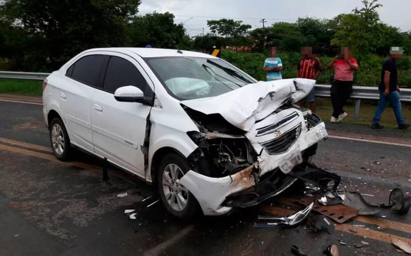 Motorista de carro que invadiu contramão fugiu após acidente (Foto: Ivonaldo Paiva/Blogbraga)