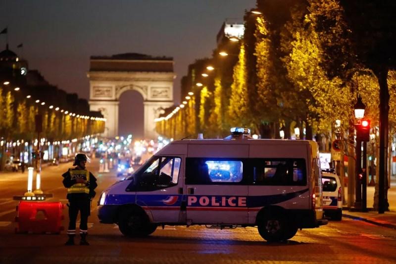 Polícia fecha a avenida Champs Elysees, em Paris, após tiroteio (Foto: REUTERS/Christian Hartmann)