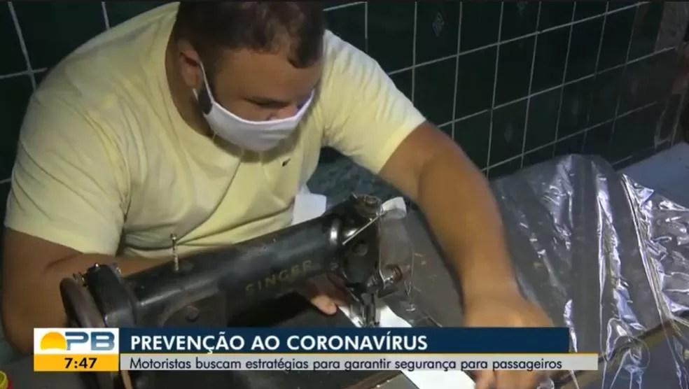 Ialissom aprendeu a confeccionar os protetores com o pai que é estofador — Foto: TV Paraíba/Reprodução