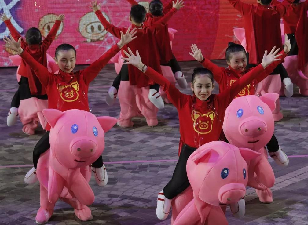 Crianças dançam em apresentação para comemorar o Ano Novo Chinês em Hong Kong — Foto: Vincent Yu/AP Photo