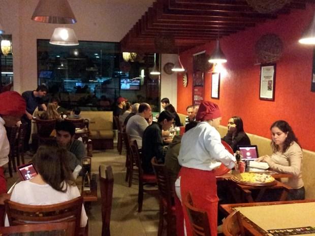 Pizzaria oferece várias opções de ingredientes em Santos, SP, Sweet Amado