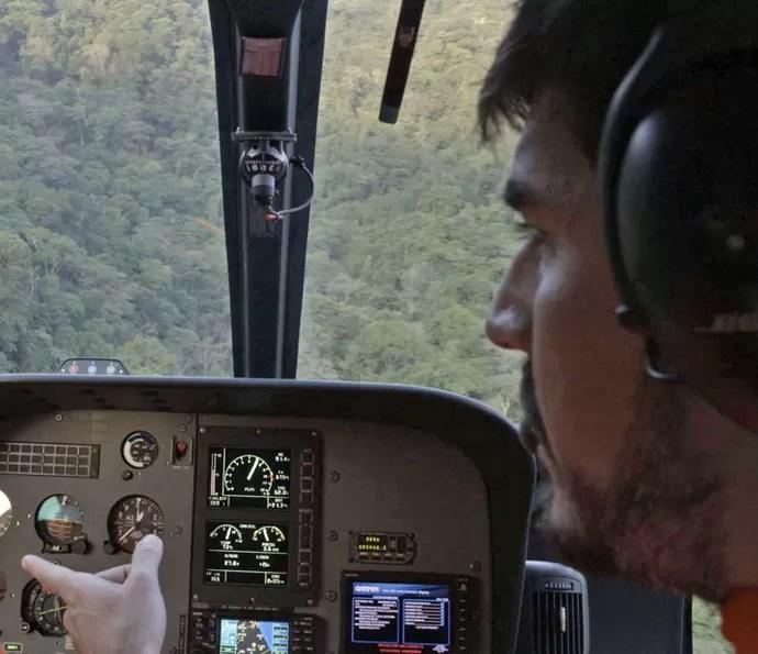 Piloto localiza o caminhoneiro (Foto: TV Globo)