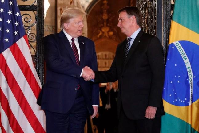 Aperto de mãos entre Bolsonaro e Donald Trump — Foto: Reuters/Tom Brenner