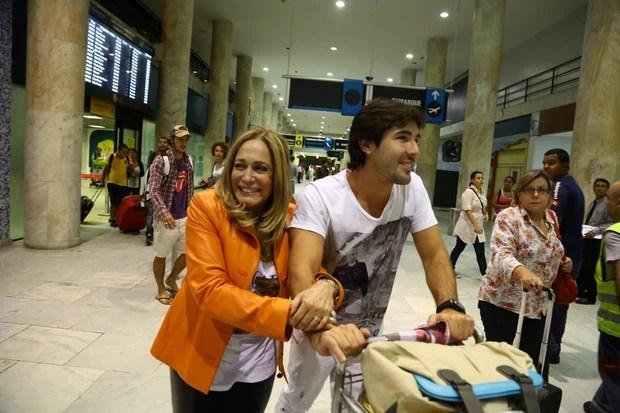 Susana Vieira e Sandro Pedroso em aeroporto no Rio (Foto: Marcello Sá Barreto/ Ag. News)