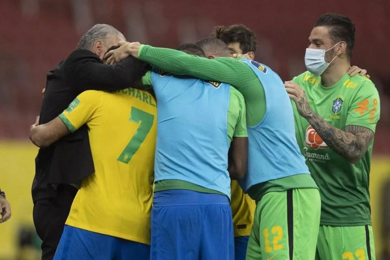 Jogadores da Seleção comemoram primeiro gol sobre o Equador com Tite — Foto: Lucas Figueiredo / CBF
