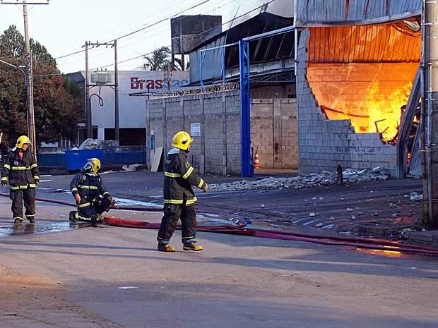 Bombeiros trabalham após conter incêndio que atingiu depósito de móveis em Taguatinga, no DF (Foto: Ricardo Moreira/G1)