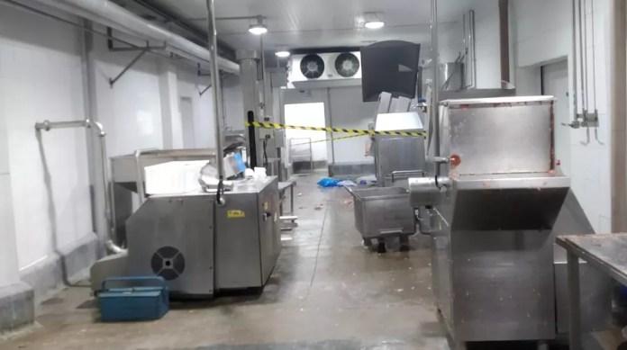 A área onde fica á máquina de moer carne em que o funcionário caiu está isolada. — Foto: Polícia Civil/Divulgação