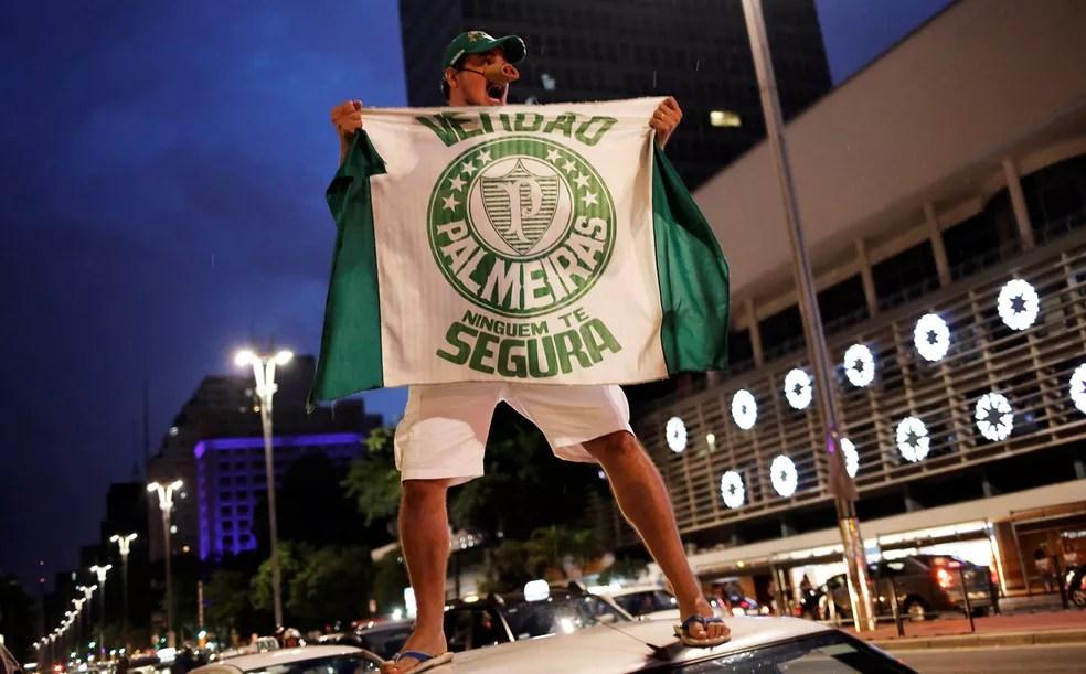 Torcedor do Palmeiras comemora o título na Avenida Paulista  (Foto: Marco Galvão/ Fotoar)