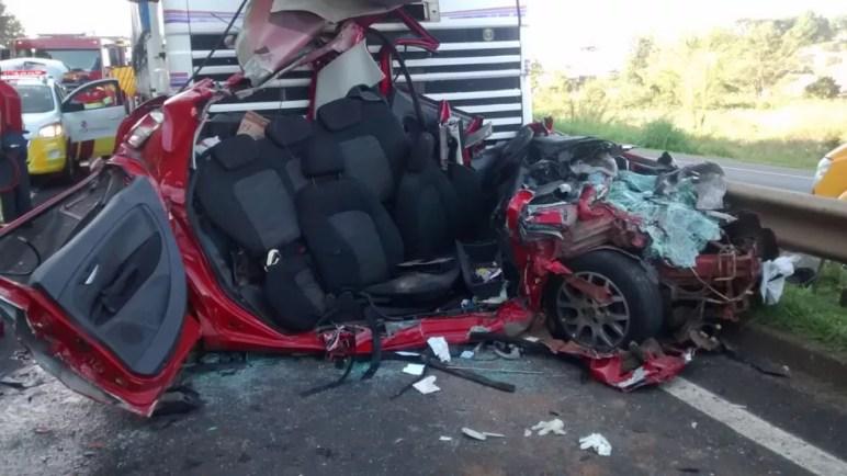Carro é esmagado em acidente na Avenida Presidente Kennedy, em Ponta Grossa — Foto: Fábio Ângelo/ RPC