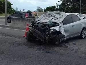 Carro ficou destruído; motorista não se feriu. (Foto: Gabriel Tavares/Arquivo Pessoal)