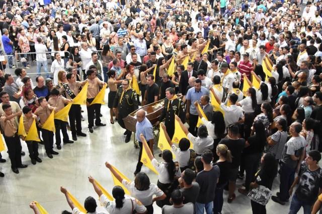 Corpos dos adolescentes assassinados são levados do velório, na Arena Suzano, para enterro — Foto: Roberto Casimiro/ Fotoarena/ Estadão Conteúdo