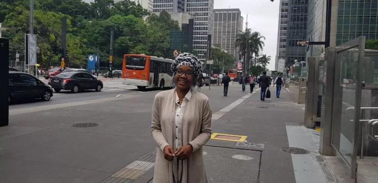 Emanuela caminha na avenida Paulista, em São Paulo. — Foto: Luiza Tenente/G1