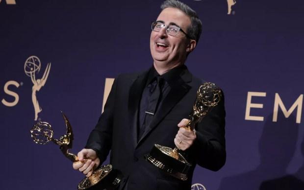 John Oliver posa com os prêmios de melhor roteiro de programa de variedades e melhor programa de variedades, no 71º Emmy no Microsoft Theatre, em Los Angeles, no domingo (22) — Foto: Reuters/Monica Almeida