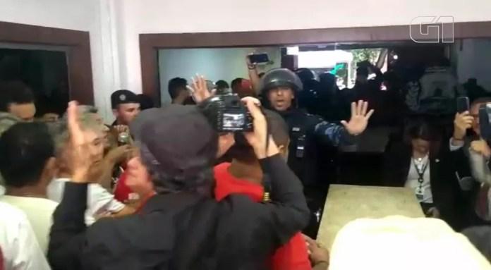 Tumulto entre professores e religiosos na Câmara de Fortaleza — Foto: Flávio Rovério/SVM