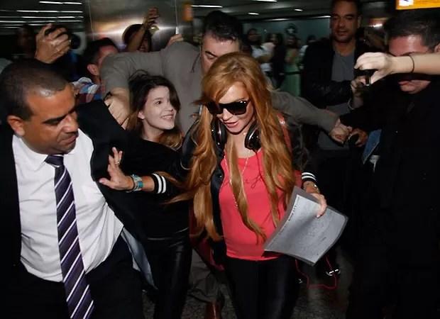 Lindsay Lohan foi assediada por fãs em aeroporto de SP (Foto: Foto Rio News)