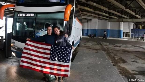 Americanas Thaís e Nathália descobriram o conforto dos ônibus de viagem (Foto: N.Pontes/DW)