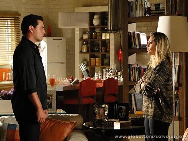 Théo tenta explica suas atitudes para Érica (Foto: Salve Jorge/TV Globo)